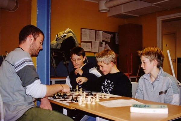 Magnus Carlsen som ni-åring. Ekstra morsomt er det når man er en liten gjeng.